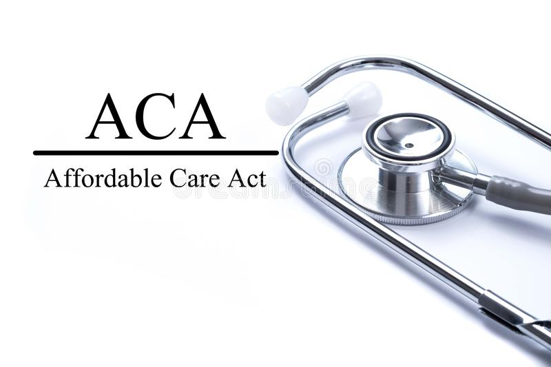 Pagina met ACA Betaalbaar Zorgakte op de lijst met stethoscop stock foto