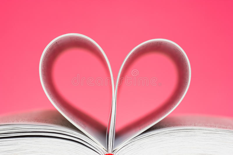 Pagina's in een hartvorm die worden gebogen stock afbeelding