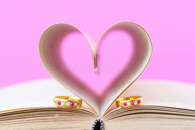 Pagina's van boek gebogen hart vorm en het wieden van ring royalty-vrije stock foto