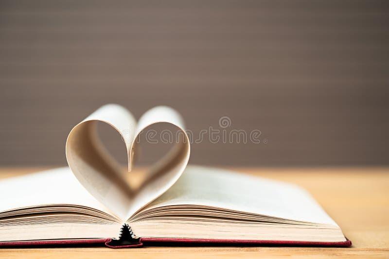 Pagina's van boek gebogen hartvorm royalty-vrije stock afbeelding