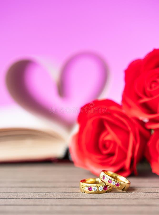 Pagina's van boek gebogen hartvorm met trouwring royalty-vrije stock afbeelding