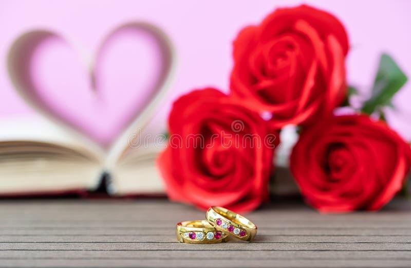 Pagina's van boek gebogen hartvorm met trouwring stock afbeelding
