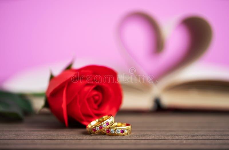Pagina's van boek gebogen hartvorm met trouwring stock foto's