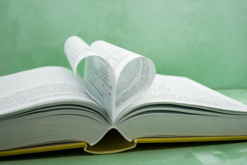 Pagina's van een boek dat in een hartvorm wordt gebogen stock foto