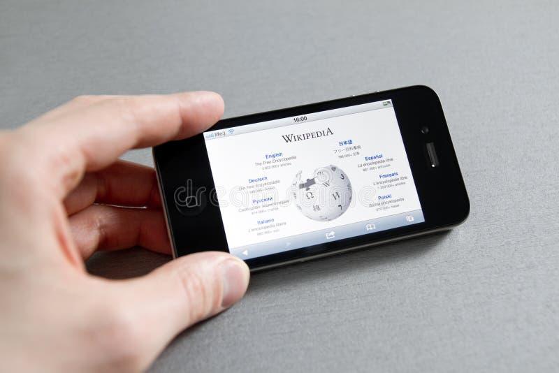 Paginación de Wikipedia en el iPhone de Apple foto de archivo libre de regalías