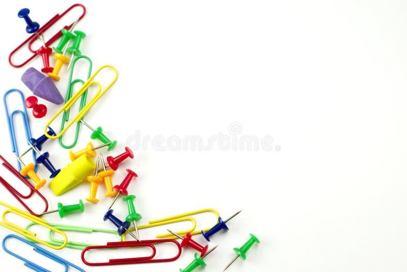Paginación en blanco con los accesorios coloridos de la oficina fotos de archivo libres de regalías