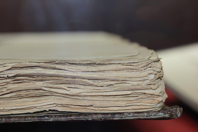 Pagine della riflessione del vecchio libro di conoscenza e di storia immagine stock libera da diritti