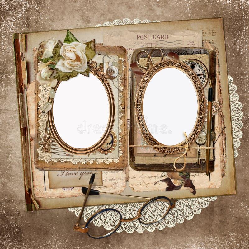 Pagine per le foto, vecchie lettere, documenti, ornamenti d'annata su un vecchio, fondo d'annata misero illustrazione vettoriale