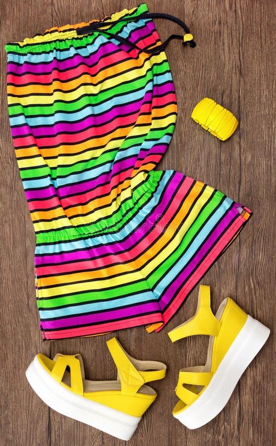 Pagliaccetto senza maniche a strisce multicolore ed accessori immagini stock libere da diritti