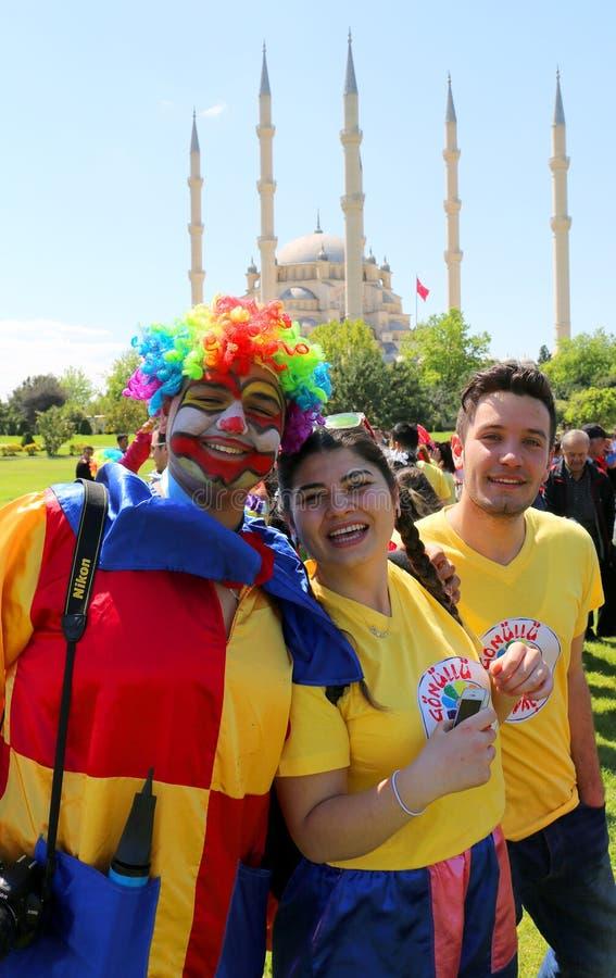 Pagliacci che posano davanti alla moschea centrale di Sabanci al carnevale del fiore d'arancio immagine stock libera da diritti