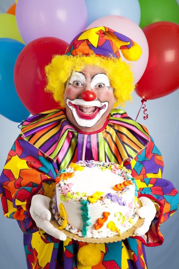 Pagliaccio pazzesco con la torta di compleanno immagini stock