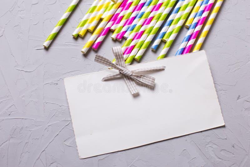 Paglie di carta rosa e gialle luminose ed Empty tag fotografie stock