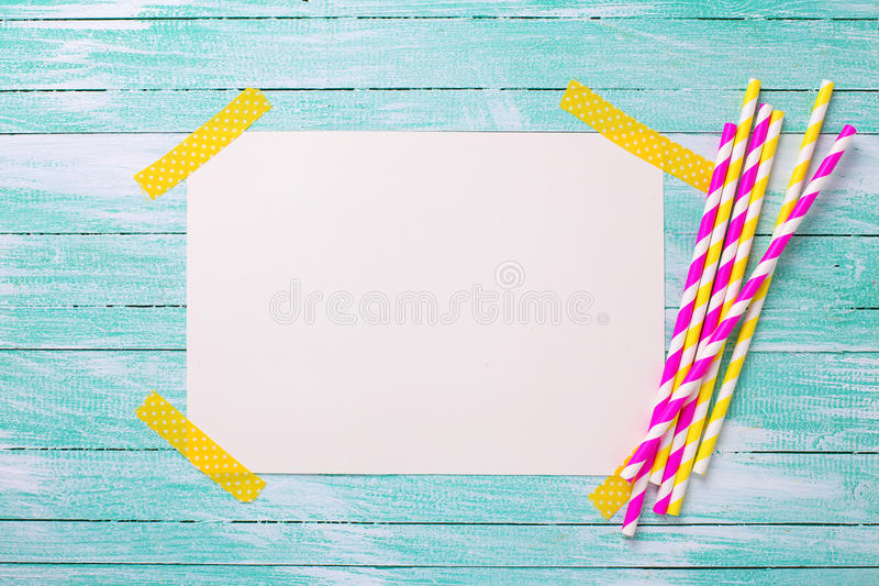 Paglie di carta rosa e gialle luminose ed Empty tag per testo fotografie stock