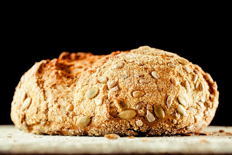 Pagnotta del pane di Artisinal coperta di Pepita Seeds immagini stock