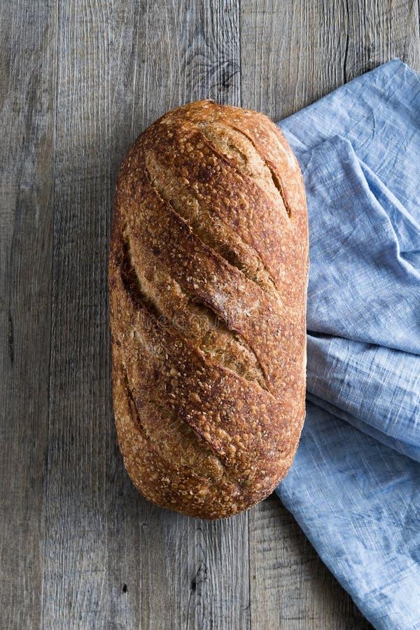 Pagnotta del pane di lievito naturale dell'artigiano fotografie stock libere da diritti