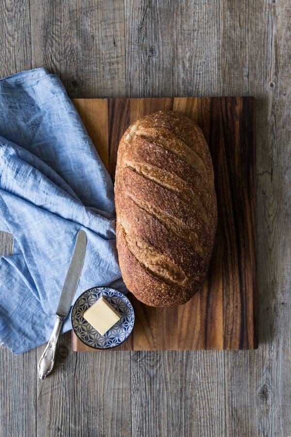 Pagnotta del pane di lievito naturale dell'artigiano fotografie stock