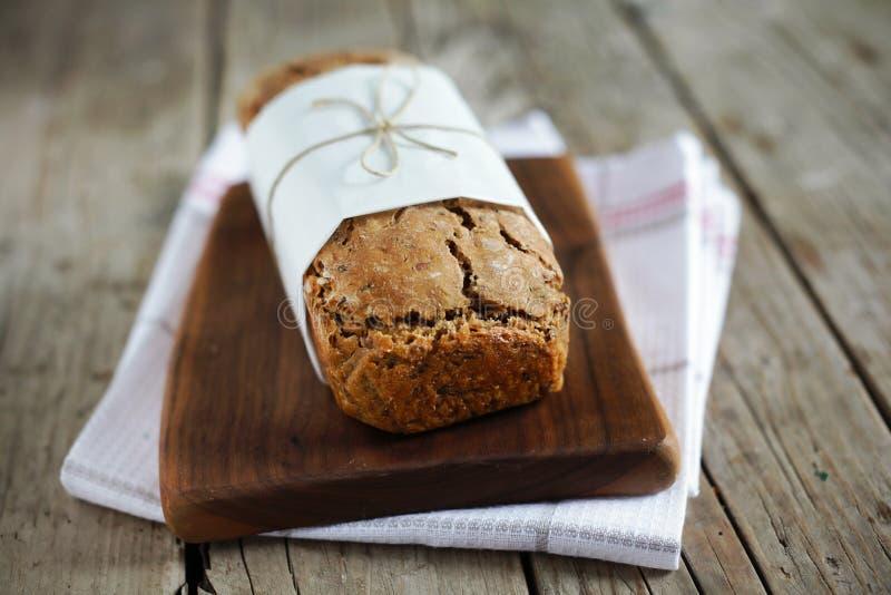 Pagnotta della libbra del pane di segale con i semi di lino e l'avena, interi fotografia stock