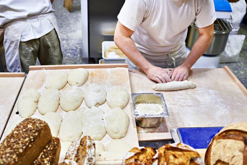 Pagnotta della pasta che fa nel forno immagini stock libere da diritti