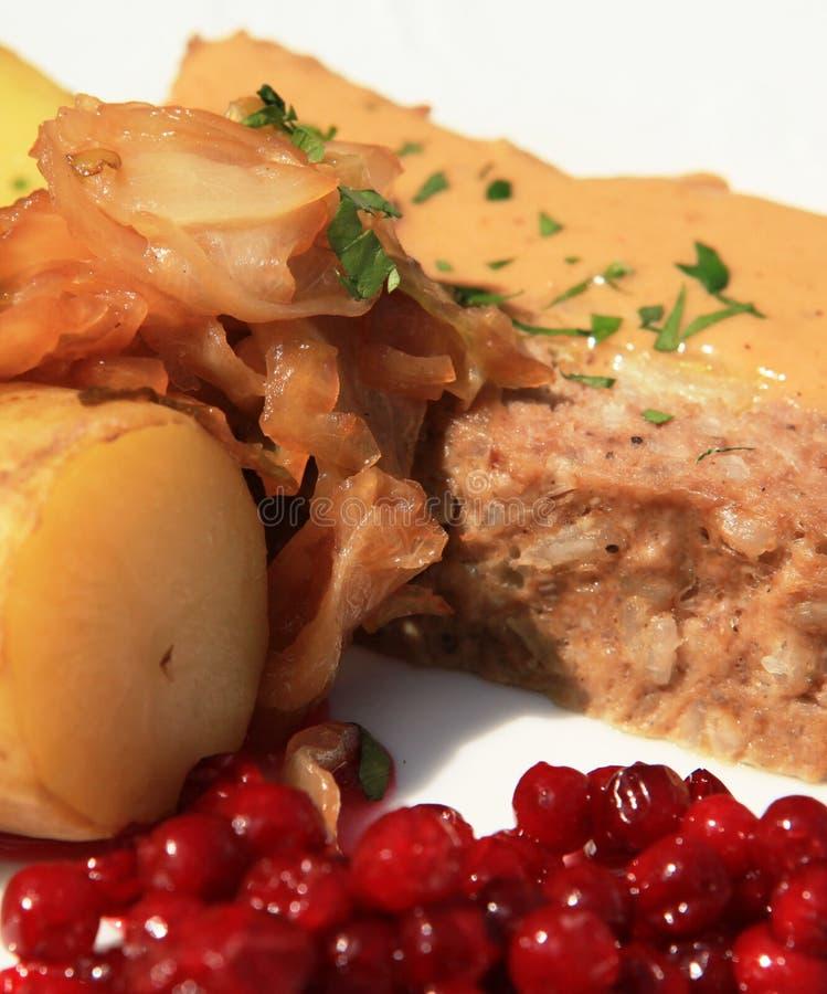 Pagnotta di carne con cavolo - primo piano. immagine stock