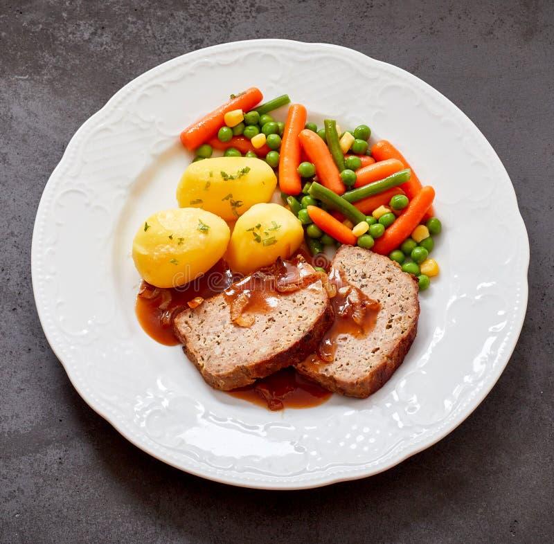 Pagnotta e sugo di carne con la patata e le verdure immagine stock