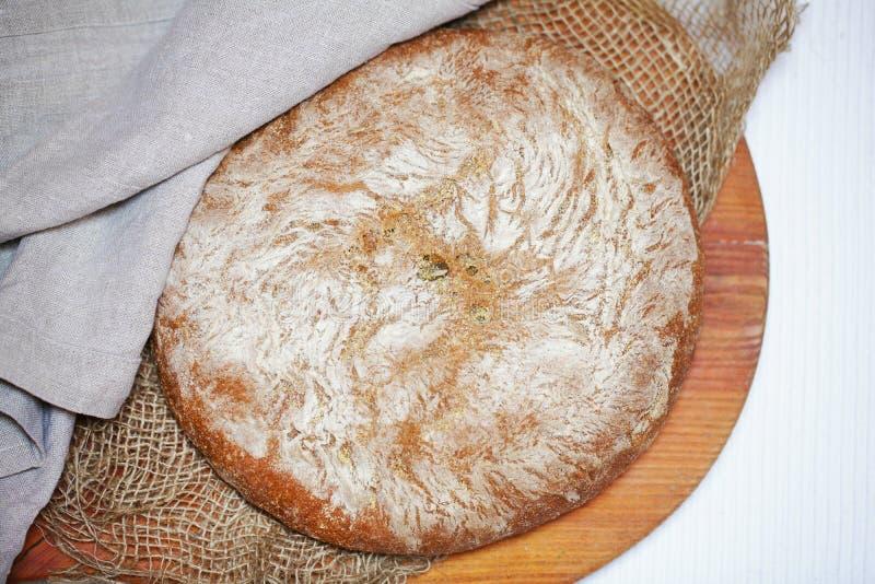 Pagnotta rustica del pane di segale e della farina di mais, intero spolverata con farina immagini stock libere da diritti