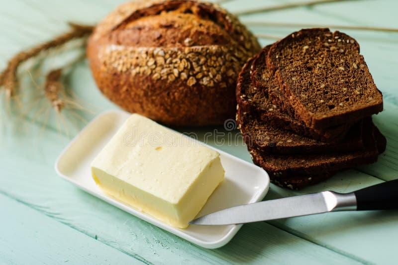 pagnotta tradizionale del pane sul bordo di legno della calce immagine stock