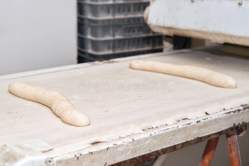 Pagnotte crude della pasta di pane pronte da cuocere in forno industriale fotografie stock libere da diritti