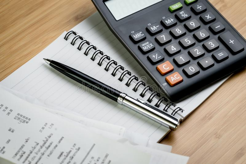 Pago de Bill o concepto del cálculo del coste, pluma negra en el papel no fotos de archivo libres de regalías