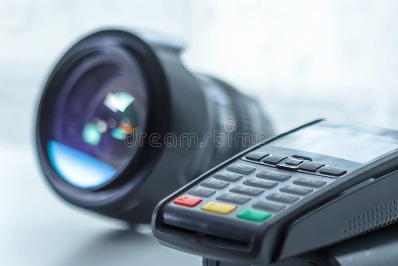 Pago de crédito por equipo fotográfico, terminal sobre fondo blanco imágenes de archivo libres de regalías