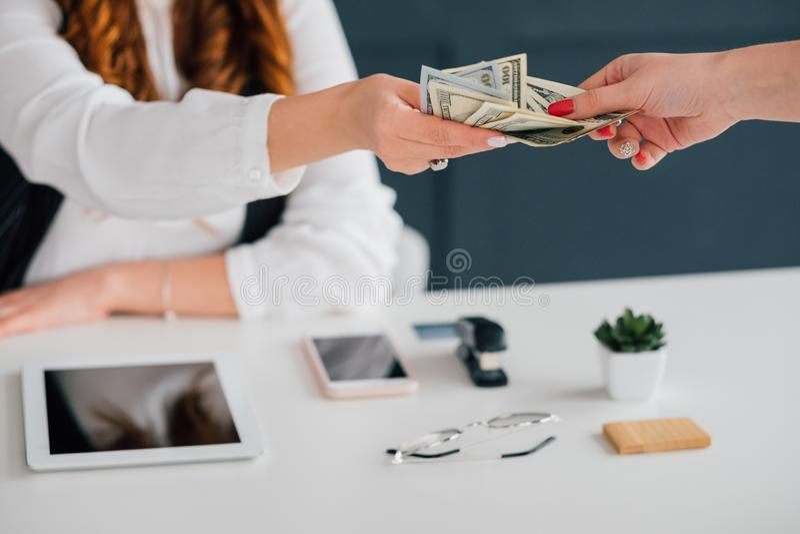 Pago en línea de la renta de dinero del sueldo del efectivo del negocio fotos de archivo