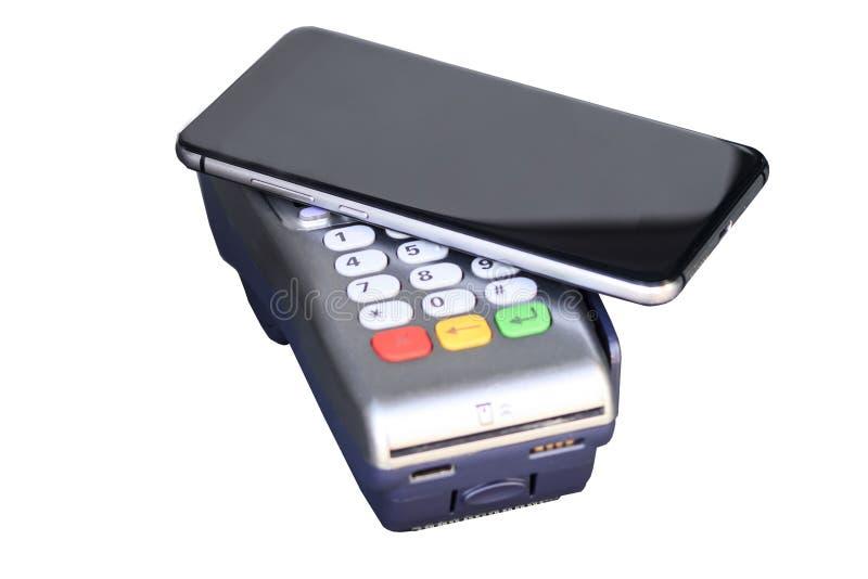 pago a través del terminal del efectivo teléfono móvil como tarjeta de banco Aislante en el fondo blanco fotos de archivo