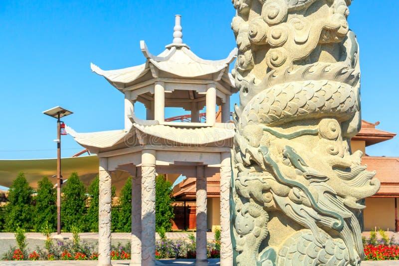 Pagod kinesisk pelare med drakar, rabatter - den asiatiska sektoren i Dubai Safari Park royaltyfria foton
