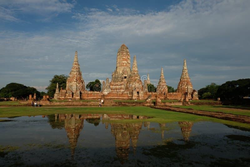 Pagod- och vattenreflexion på Wat Chai Watthanaram royaltyfria bilder