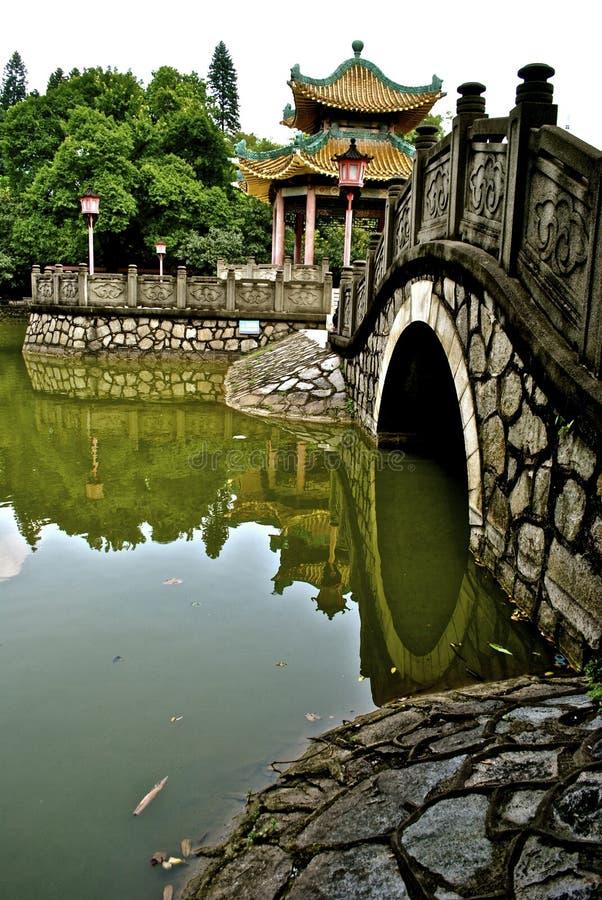 Pagoda antica attraverso il ponte fotografie stock