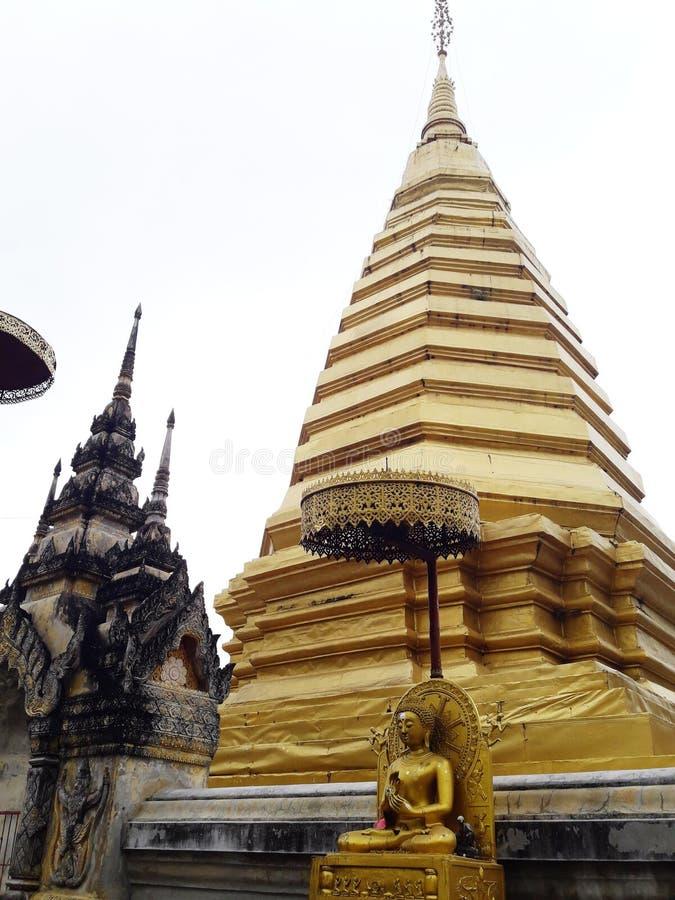 Pagoda antigo dourado em Tailândia fotografia de stock