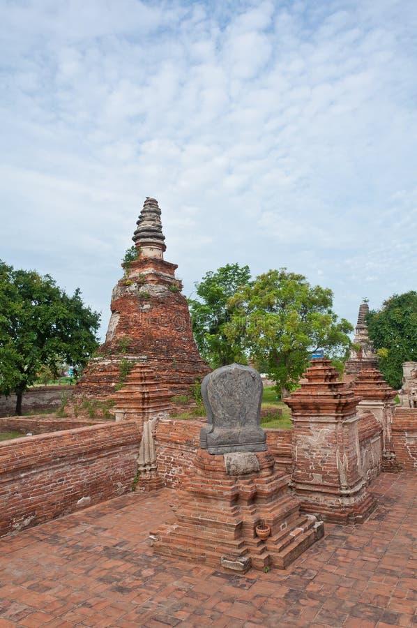 Pagoda antigo no templo velho arruinado fotografia de stock