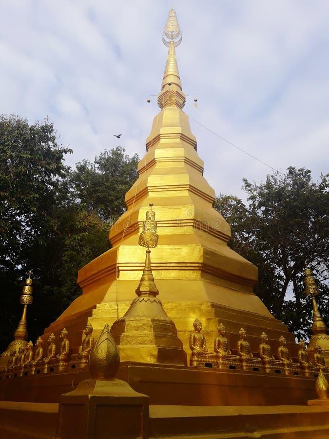 Pagoda antigua de oro en Tailandia imagen de archivo libre de regalías
