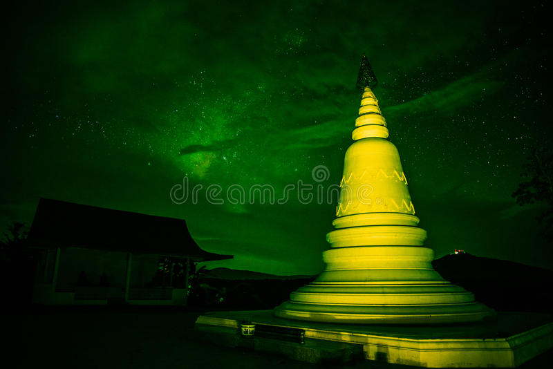 Pagoda au vert de nuit photos stock