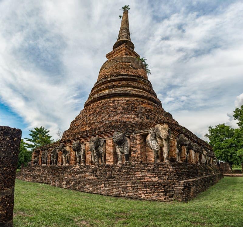 Download Pagoda Avec Des Sculptures En éléphant Entourées Image stock - Image du religieux, ciel: 76084115