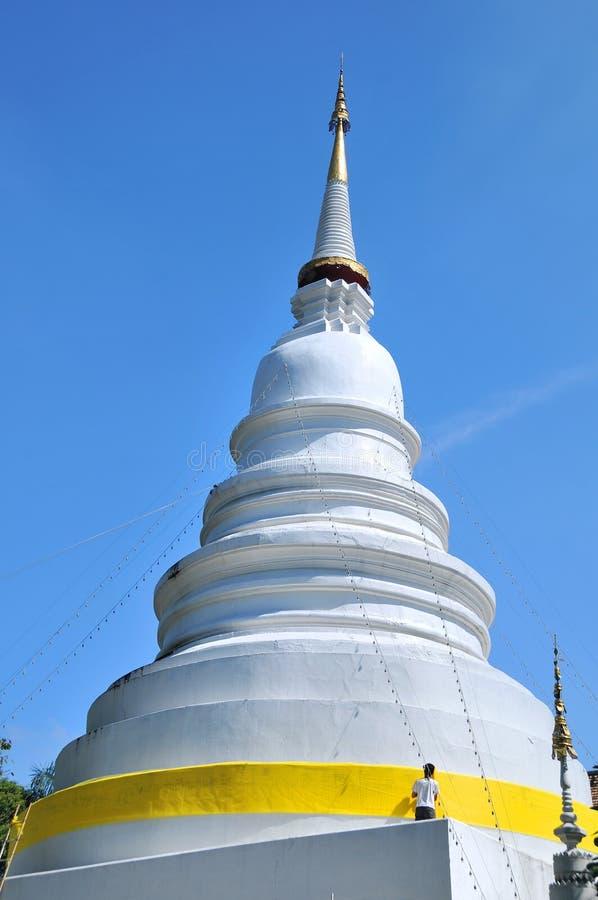 Pagoda bianca in Wat Phra Singh fotografia stock libera da diritti