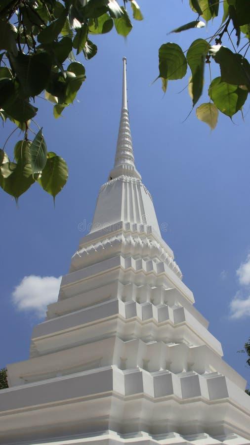 Pagoda blanca con la hoja de Bodhi fotografía de archivo
