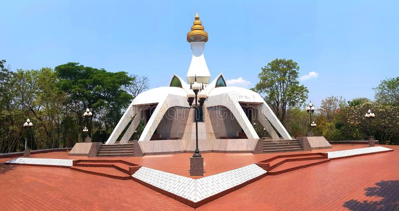 Pagoda blanca en el templo del PEL de Tham Klong del wat en Nong Bua Lam Phu fotografía de archivo
