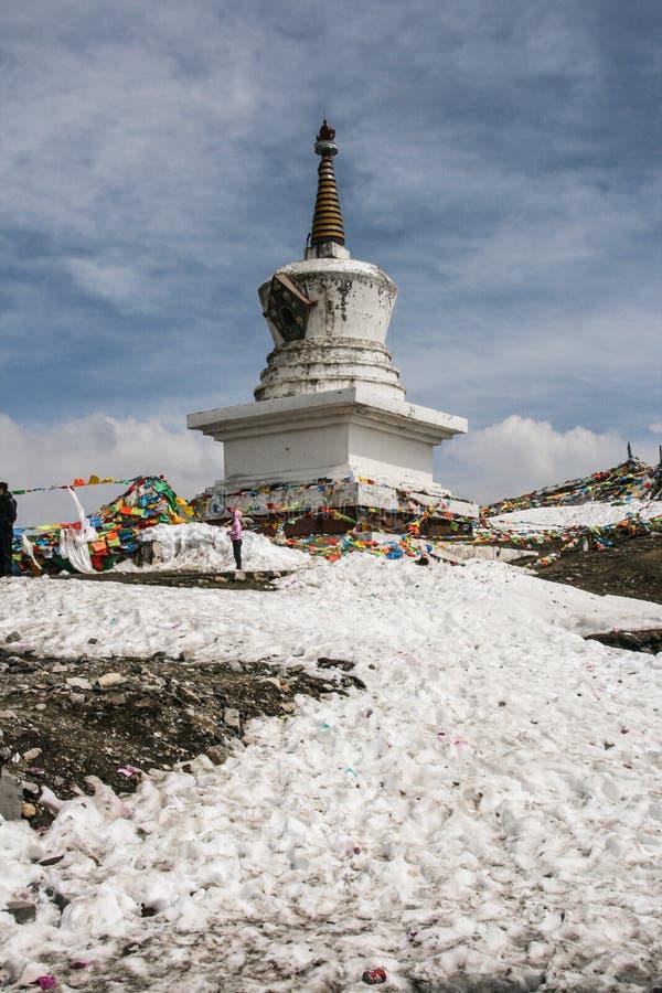 Pagoda blanca en la montaña del zheduo, Sichuan, China fotos de archivo libres de regalías