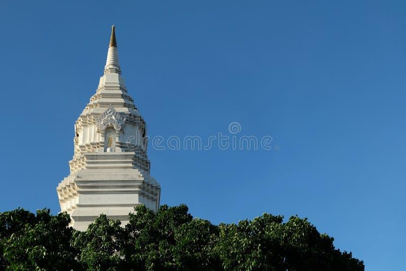 Pagoda blanca en Wat Paknam Phasi Charoen Temple Bangkok imagen de archivo