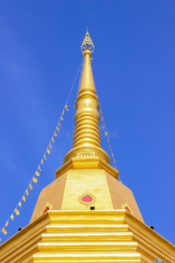 Pagoda budista tailandesa con el fondo del cielo azul imagen de archivo libre de regalías