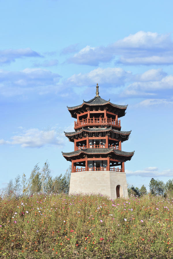 Pagoda china en un campo con las flores, Changchun, China fotos de archivo