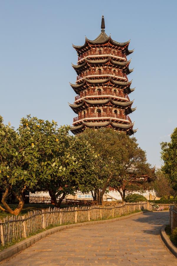 Pagoda china tradicional en luz del sol de la tarde en un parque imagen de archivo
