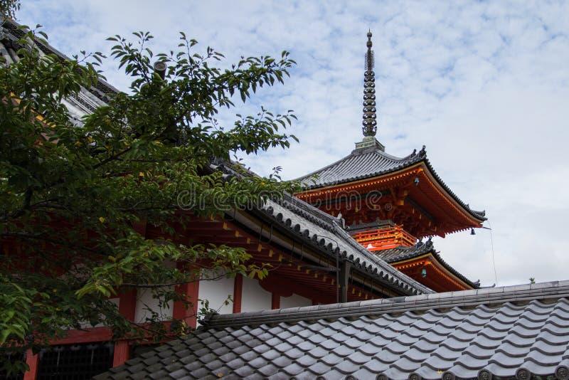 Pagoda contra el cielo azul en Kyoto fotos de archivo