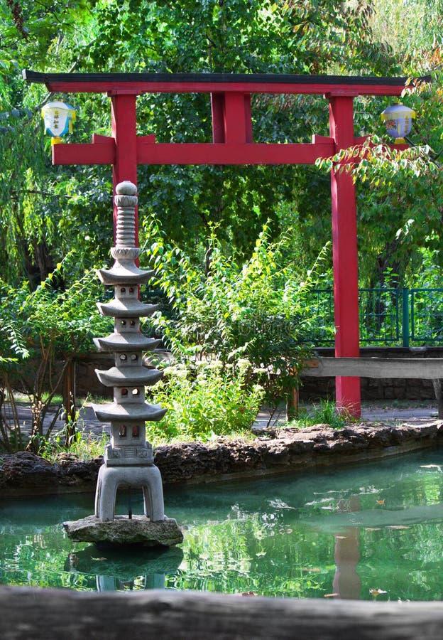 Pagoda décorative en pierre dans le jardin japonais photo stock