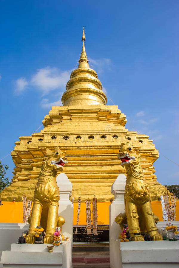 Pagoda d'or à la lanière de Wat Phra That Sri Chom photo libre de droits